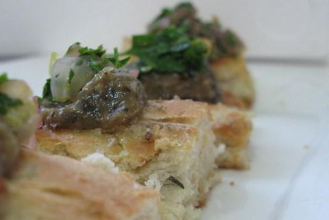 פוקאצ'ה עם קרם חצילים וסלסת בצל