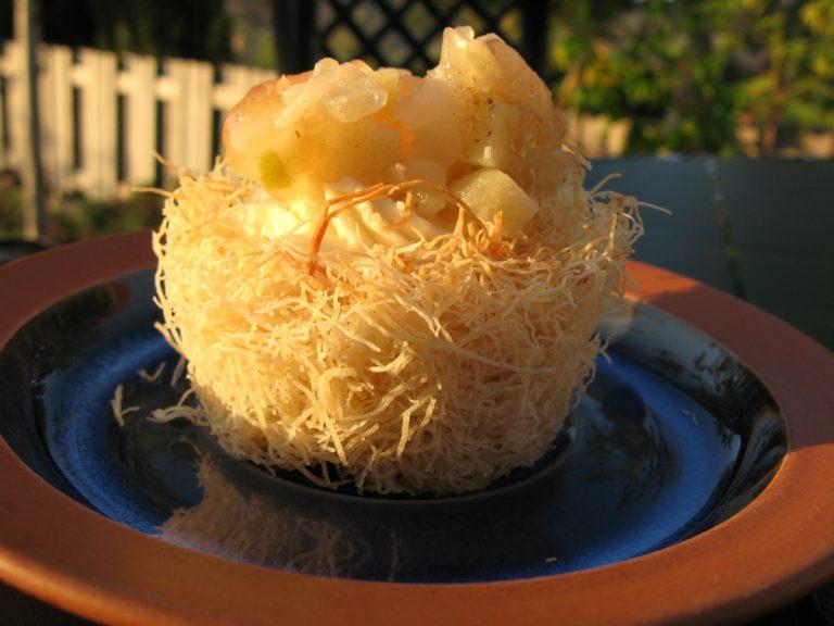 קעריות קדאיף במילוי גאנש שוקולד לבן ודבש עם ג'לי תפוחים