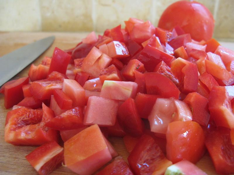 חותכים עגבניות ופלפל לקוביות