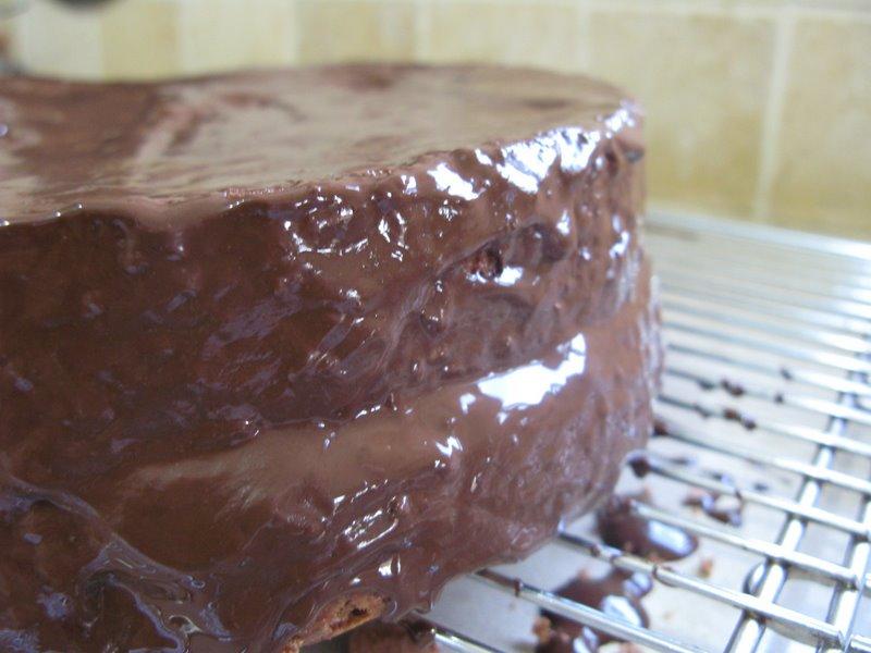 מצפים את העוגה בשוקולד