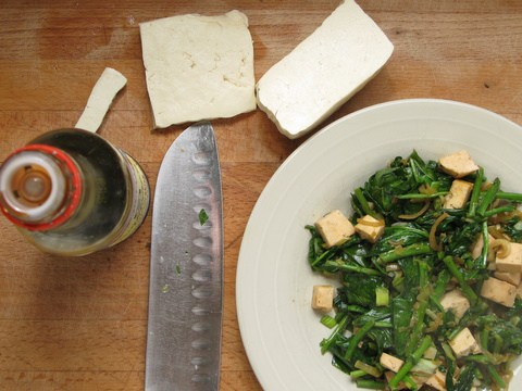 תבשיל טופו עם אספרגוס ותרד – מנה קלילה לארוחת ערב מהירה
