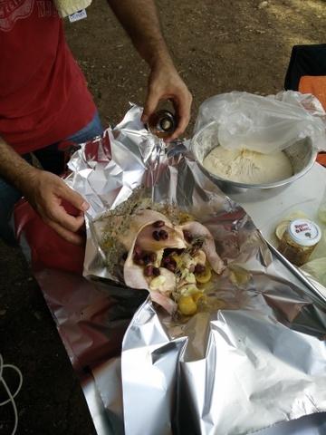 מוזגים את הסיידר למעטפת עוף בגחלים