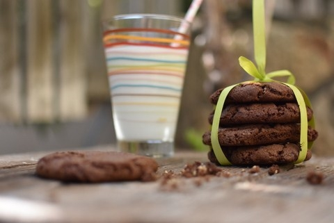 עוגיות שוקולד צ'יפס עשירות עם שלושה מרכיבים בלבד