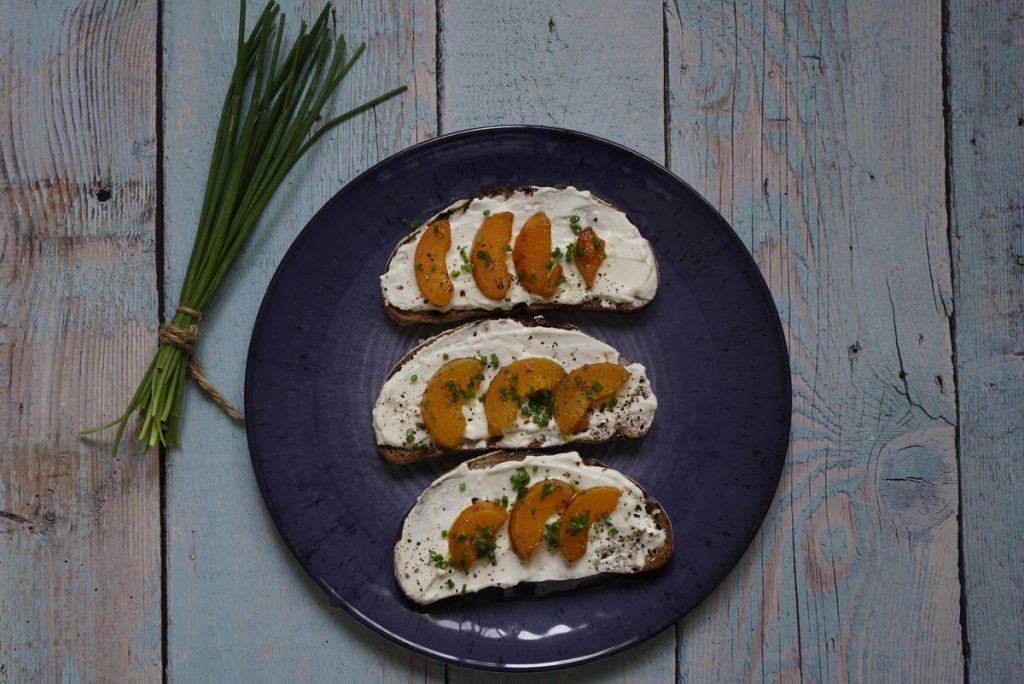 ברוסקטה עם גבינת עיזים ומשמשים מקורמלים