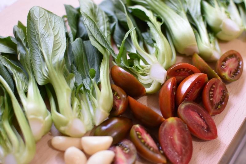 פילה מוסר ים עם עגבניות, חומוס ובייבי בוק צ׳וי