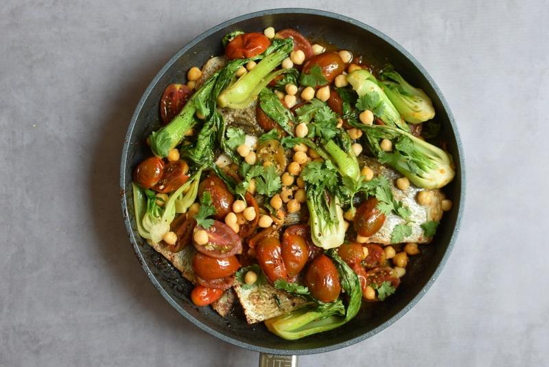 פילה מוסר ים עם עגבניות, חומוס ובייבי בוק צ׳וי שלוקח בדיוק 15 דקות להכין