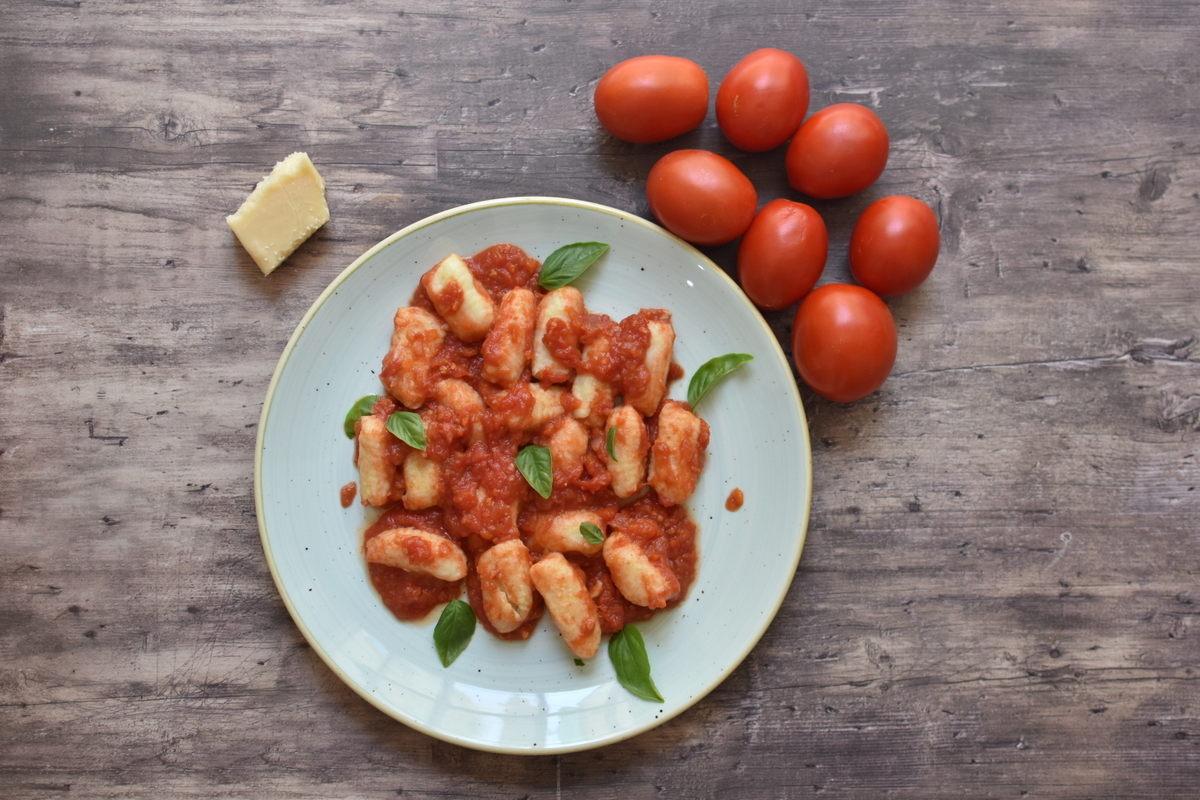 ניוקי ברוטב עגבניות – המנה המושלמת לימי הקיץ החמים