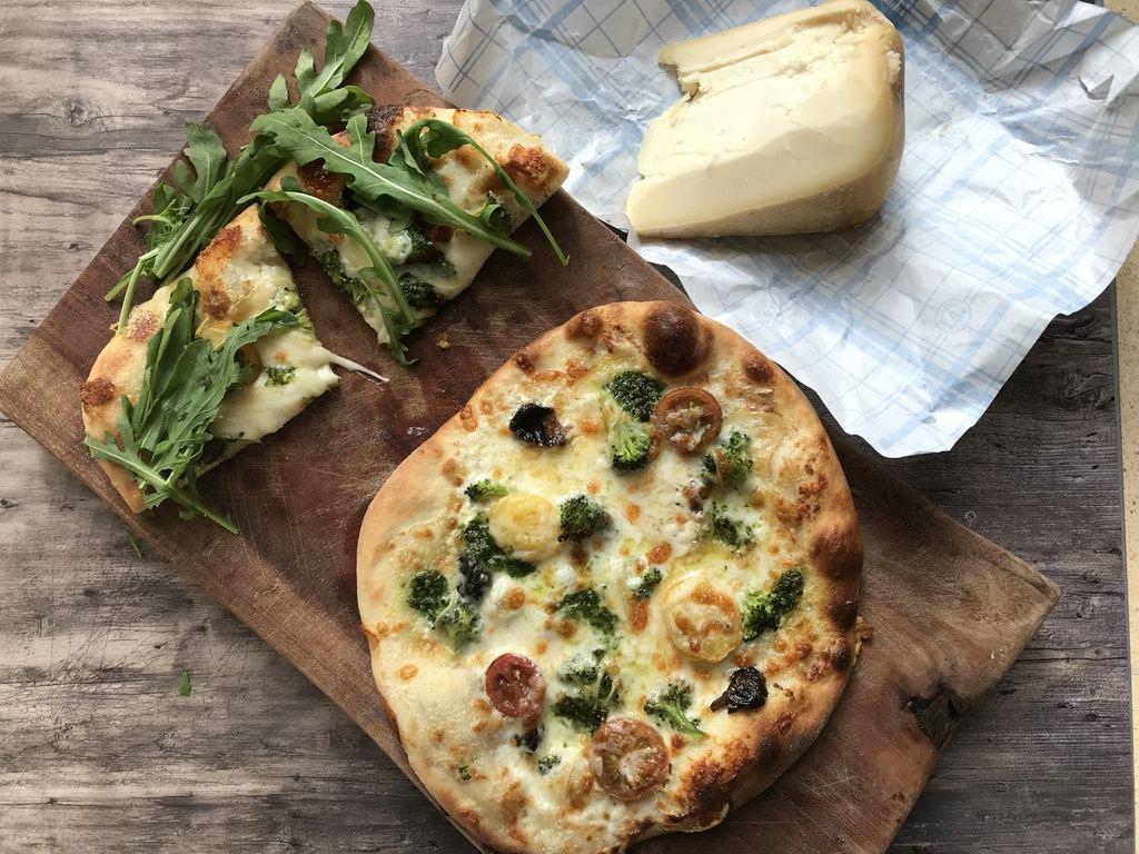 פיצה ורדה – פיצה ירוקה עם ברוקולי, צלפים וגבינת גרוייר