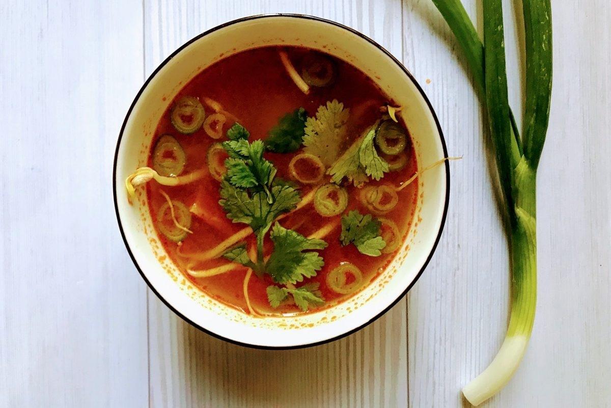 מרק עגבניות טבעוני, מרק פטריות מושלם וגם מרק טום יאם אלוהי נכנסו למטבח