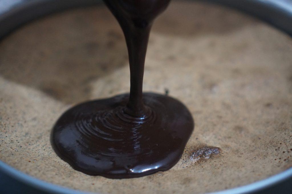 יוצקים את השוקולד על העוגה