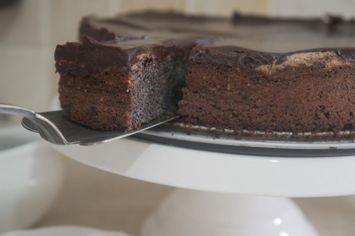 עוגת פרג עסיסית עם ציפוי גנאש שוקולד שמראש תחתכו עקום בשביל ליישר
