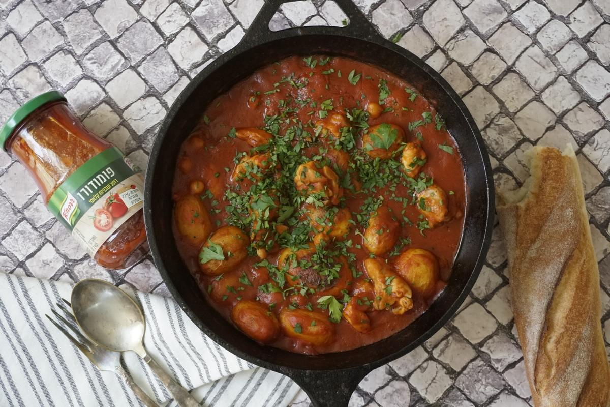 תבשיל פרגיות עם חומוס ותפוחי אדמה ברוטב עגבניות – ארוחת צהרים לילדים שאתם לא רוצים להכין מראש.