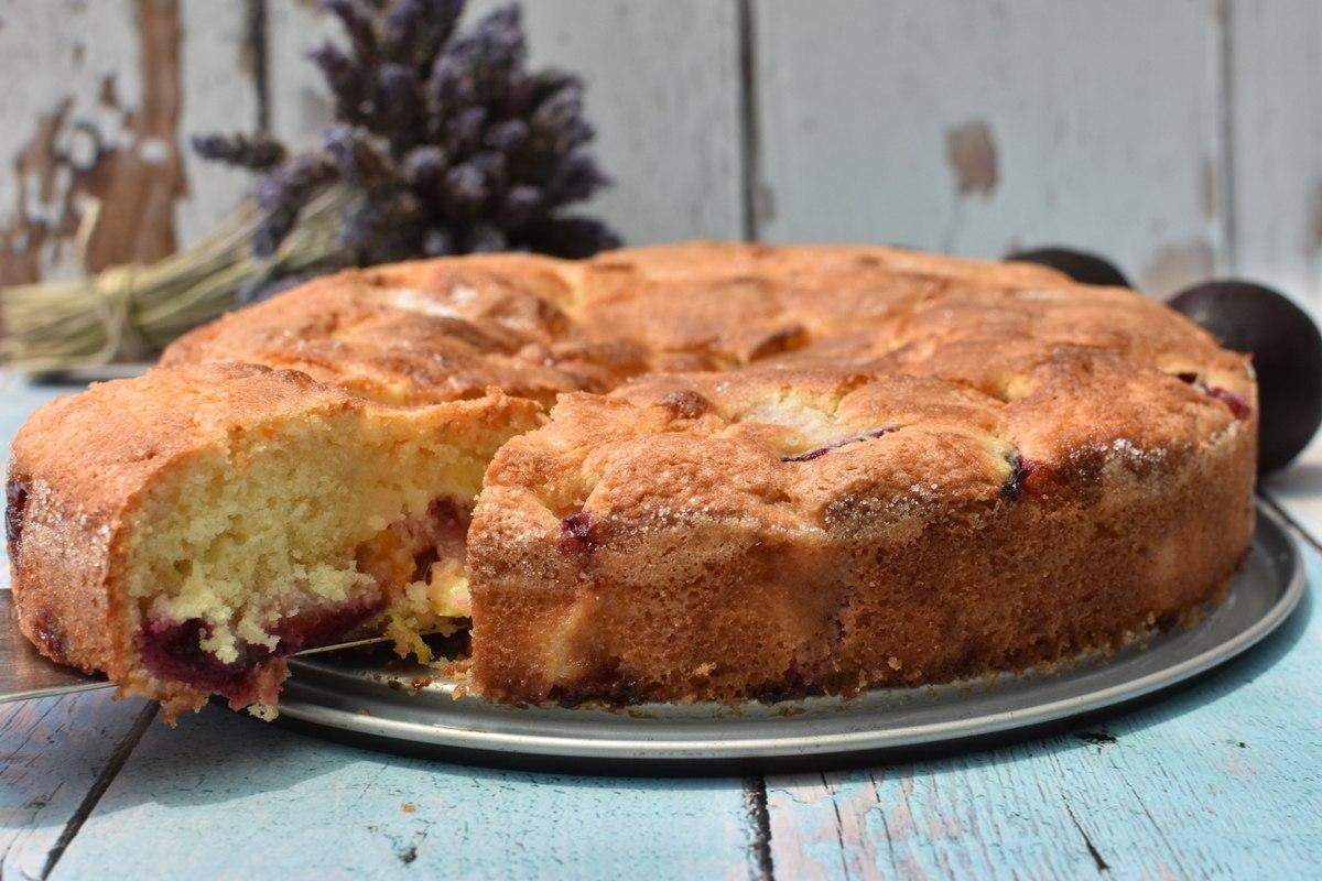 עוגת שזיפים בחושה עם ריבת משמשים