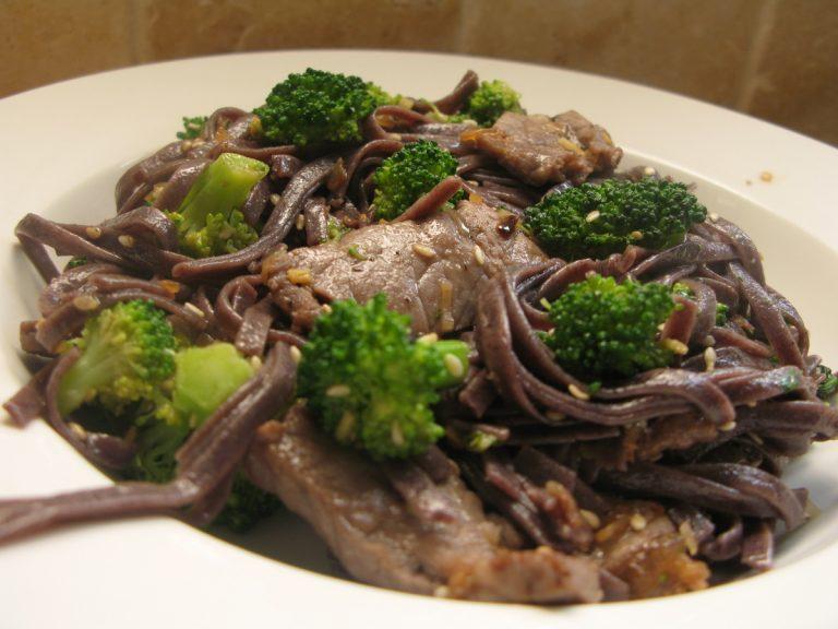 סינטה צרובה עם אטריות אורז שחורות וברוקולי