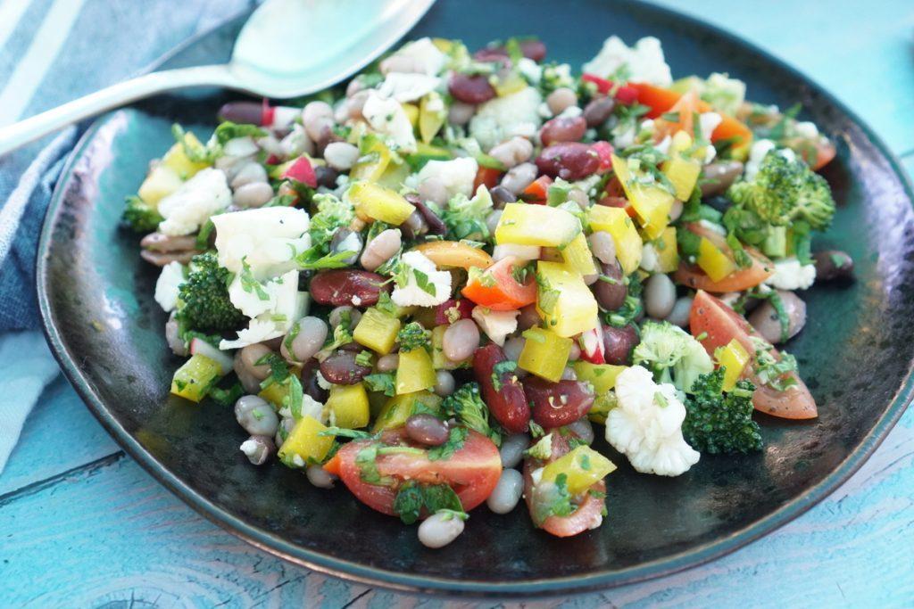סלט שעועית צבעוני וקל עם ירקות פריכים שמכינים בכמה דקות עבודה